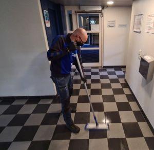 Trappenhuisreiniging Schoonmaakbedrijf Hofs dweilen vlakmop