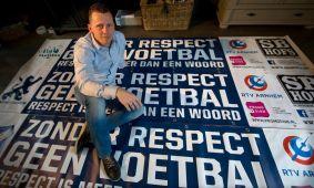 Schoonmaakbedrijf Hofs uit Arnhem met Spandoeken actie: Zonder Respect Geen Voetbal in De Gelderlander 1
