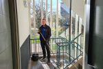Schoonmaker vegen trappenhuizen van Schoonmaakbedrijf Hofs Arnhem - Trappenhuis schoonmaak VVE & Vastgoed beheer