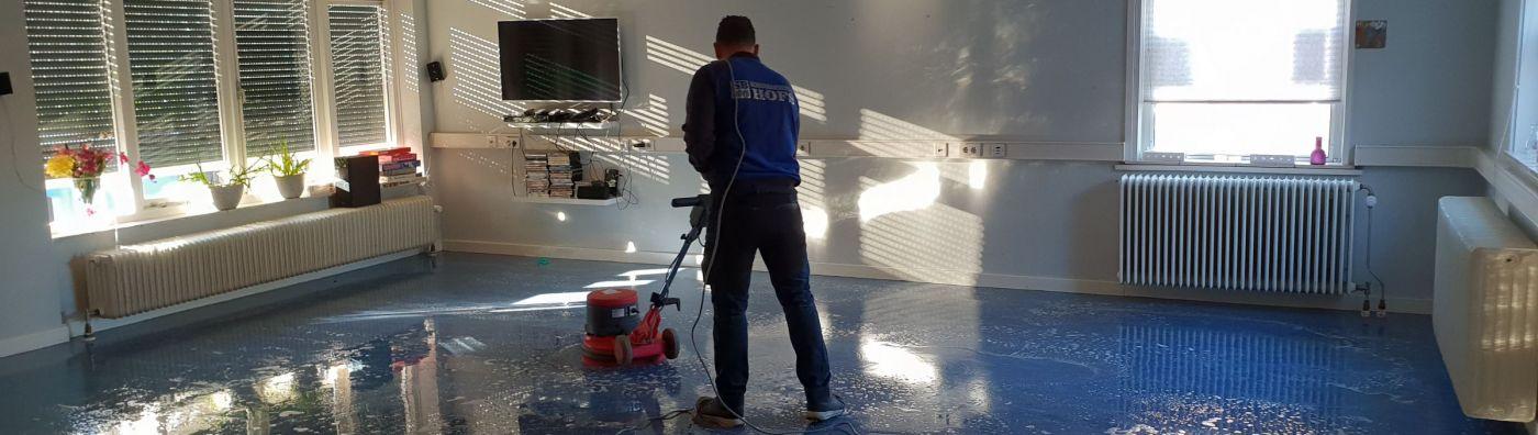 Schoonmaakbedrijf Hofs Arnhem - Vloer aan het strippen